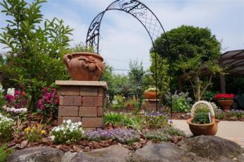 立体感ある憩いの庭
