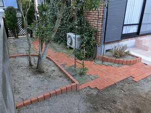 芝生 ドックラン タイルテラス レンガ アプローチ 花壇 目隠しフェンス