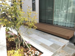 ガーデン ウッドデッキ 石貼り 花壇