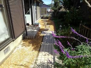 防草シート、砂利敷き