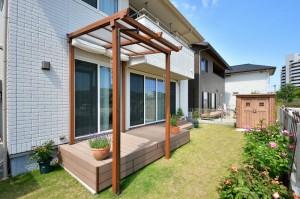 テラス屋根 ウッドデッキ 芝生 カンナ物置 花壇